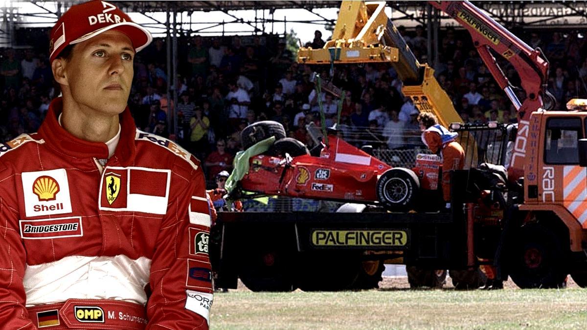 Michael Schumachers Ferrari musste aus dem Reifenstapel geborgen werden