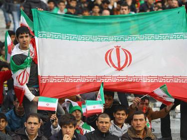 Aficionados iraníes apoyan a su selección desde la grada.