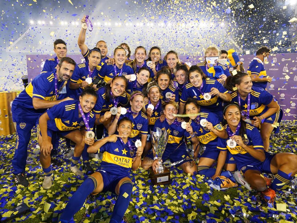 Todo el equipo celebra junto el triunfo sobre la cancha.