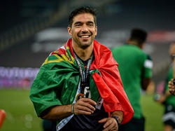 Abel Ferreira celebra el título con los suyos sobre el campo.