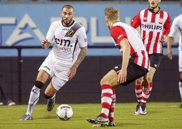 Joey Suk (l.) staat op het punt om zijn tegenstander van Jong PSV, Hjörtur Hermannsson te passeren. (07-12-2015)