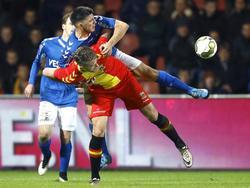 Aleksandar Bjelica (l.) gebruikt zijn hele lichaam om te voorkomen dat Leon de Kogel een lange bal kan aannemen. (04-12-2015)