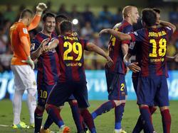 Sandro (29.) wordt gefeliciteerd door Lionel Messi (tweede van links) na zijn winnende goal tegen Villarreal. (31-08-2014)