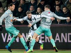 Peter van Ooijen (m.) wordt in het duel Heracles Almelo - Excelsior bestookt door zowel Ryan Koolwijk (l.) als Luigi Bruins (r.). (18-02-2017)