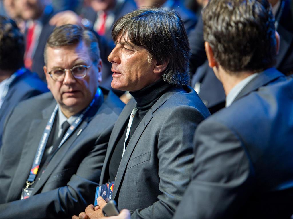 Joachim Löw (Mitte) verfolgte die Auslosung vor Ort