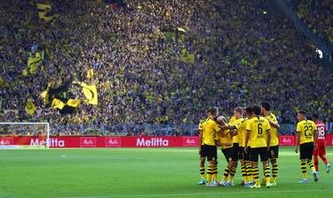 Dortmunds Spieler jubeln über den Sieg gegen Bayer Leverkusen