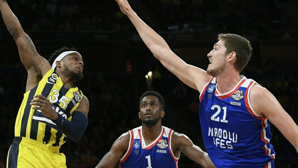 Tibor Pleiß (r.) will mit Anadolu Istanbul die EuroLeague gewinnen