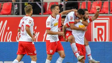 Torschütze Marco Grüttner von Jahn Regensburg (r) jubelt mit seinen Teamkollegen über seinen Treffer zum 2:1 gegen Heidenheim
