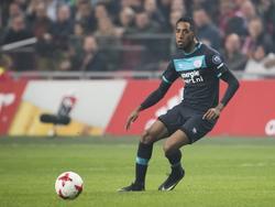 Joshua Brenet heeft de bal tijdens het competitieduel Ajax - PSV (18-12-2016).