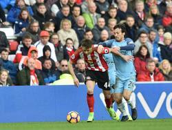 Adnan Januzaj (l.) probeert David Silva (r.) van zich af te schudden tijdens het competitieduel Sunderland AFC - Manchester City (05-03-2017).