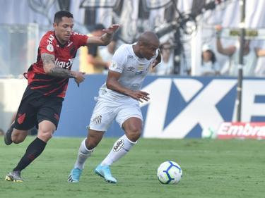 Carlos Sánchez (dcha.) hizo el gol local sobre la bocina.