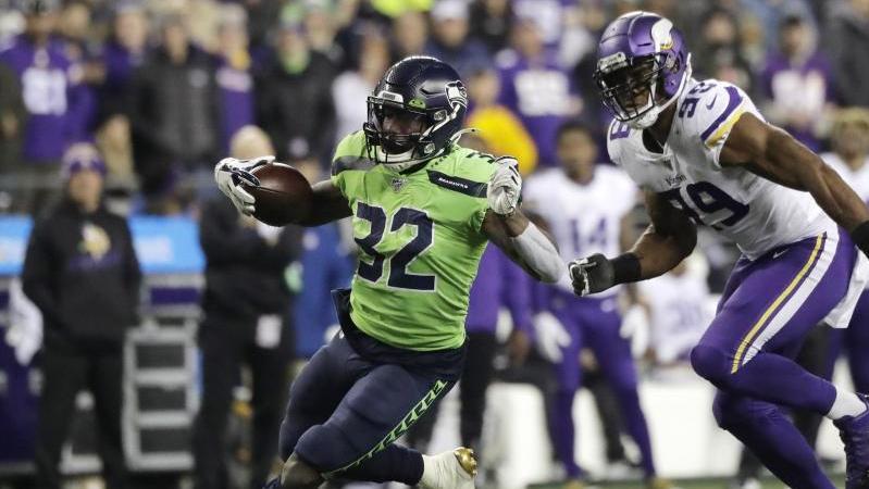 Chris Carson (l.) von den Seattle Seahawks enteilt Danielle Hunter von den Minnesota Vikings