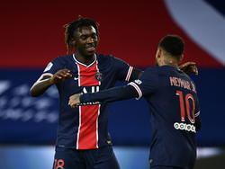 Moise Kean se abraza con Neymar en la goleada.