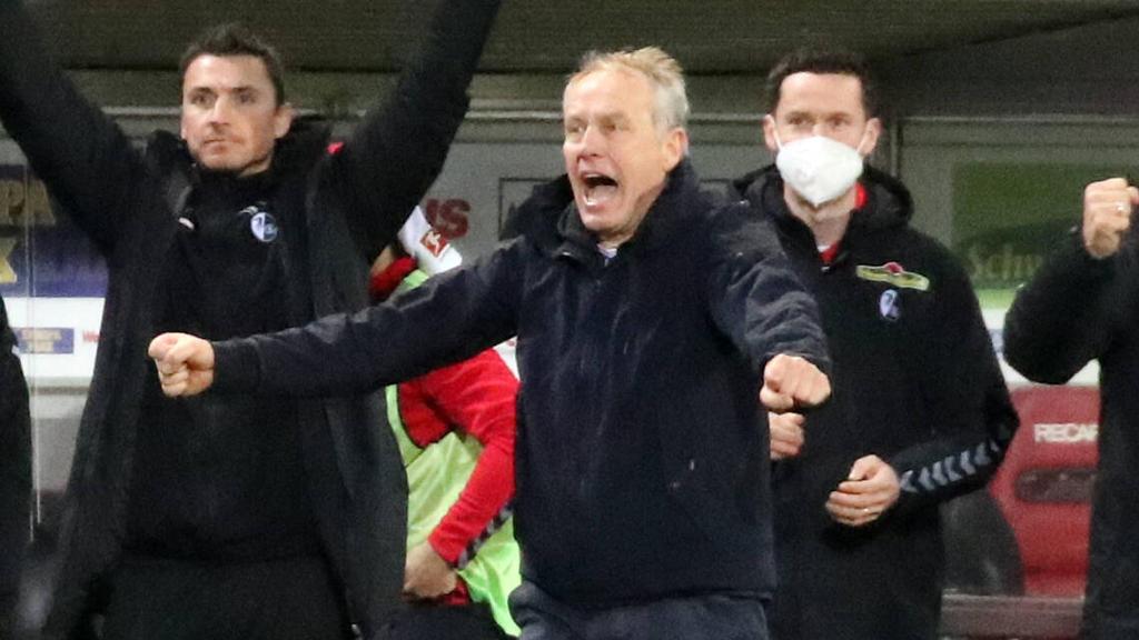 Freude über den Sieg: Freiburg-Coach Christian Streich