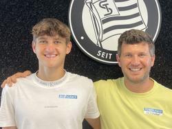 Nachwuchstalent Leon Grgić mit Sturms Sport-Geschäftsführer Andreas Schicker