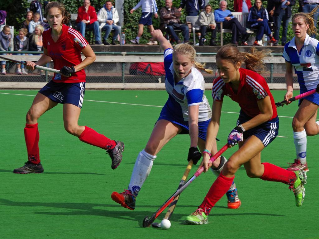 Die Damen des Düsseldorfer HC (rote Trikots) unterlagen im Penaltyschießen