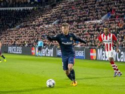 Luciano Vietto (l.) ontsnapt met de bal tijdens het Champions League-duel PSV - Atlético Madrid. (25-02-2016)