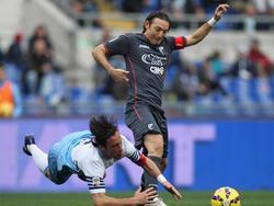 Edgar Barreto (r.) van Palermo is fysiek sterker en daardoor wint hij het duel van Stefano Mauri (l.) van Lazio Roma. (22-02-2015)