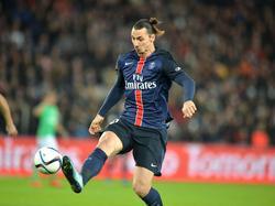 Zlatan Ibrahimović probeert de bal te controleren tijdens het competitieduel Paris Saint-Germain - AS Saint-Étienne. (25-10-2015)