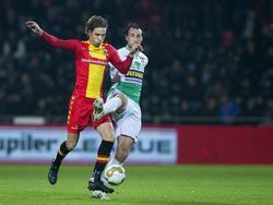 Orhan Džepar (l.) heeft het druk met de aanwezigheid van Geert Arend Roorda, die de bal van de voet van de Eagles-middenvelder wil plukken tijdens Go Ahead Eagles - FC Dordrecht. (06-11-2015)