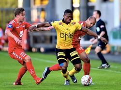 Fred Friday (m.) probeert twee tegenstanders van zich af te houden tijdens het competitieduel Lillestrøm SK - SK Brann (11-05-2016).