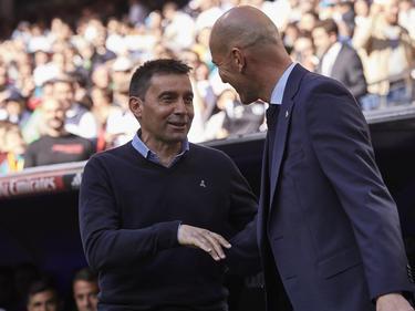 Garitano (izw.) saluda a Zidane en su última visita al Bernabéu. (Foto: Getty)