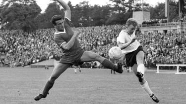 Frankfurts Lothar Schämer (r.) gegen Kaiserslauterns Roland Kiefaber