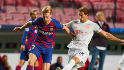 Trafen im Sommer in der Champions League aufeinander: Barcas Frenkie De Jong (li.) und Leon Goretzka vom FC Bayern