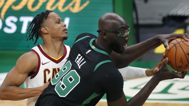 NBA-Stars Tacko Fall (r.) und Isaac Okoro in Aktion