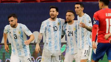 Argentiniens Alejandro Gomez (Nr. 24) feiert den Führungstreffer gegen Paraguay