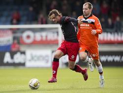 Lars Hutten (l.) en Istvan Bakx (r.) strijden om de bal tijdens Excelsior - FC Den Bosch. (9-2-2014)