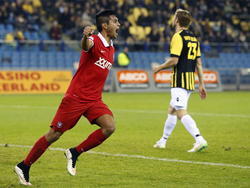 Jesús Corona maakt de 1-1 en is daar zeer blij mee tijdens Vitesse - FC Twente. (07-12-2014)