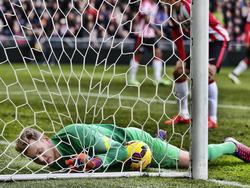 PSV keeper Jeroen Zoet kan de bal niet volledig afstoppen en daardoor scoort Ajax. (01-03-2015)