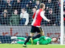 Feyenoord-middenvelder Simon Gustafson schiet zijn ploeg naar een 1-0 voorsprong tegen FC Twente. Twente-doelman Joël Drommel is verslagen. (22-11-2015)