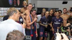 Aufgelöst: PSG-Coach feiert nach dem Supercup-Sieg mit seinen Spielern
