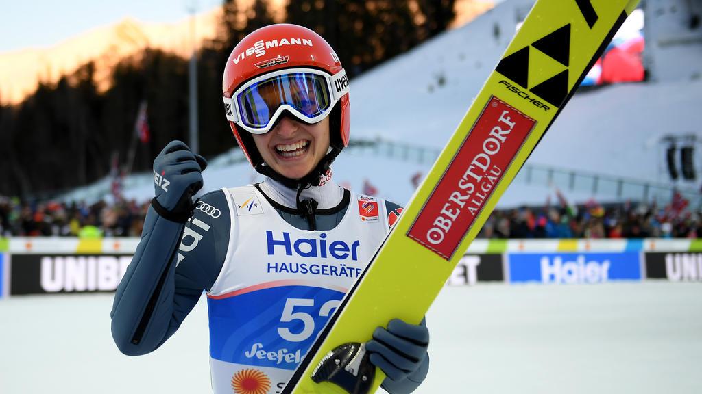 Katharina Althaus freut sich über Silber bei der WM in Österreich