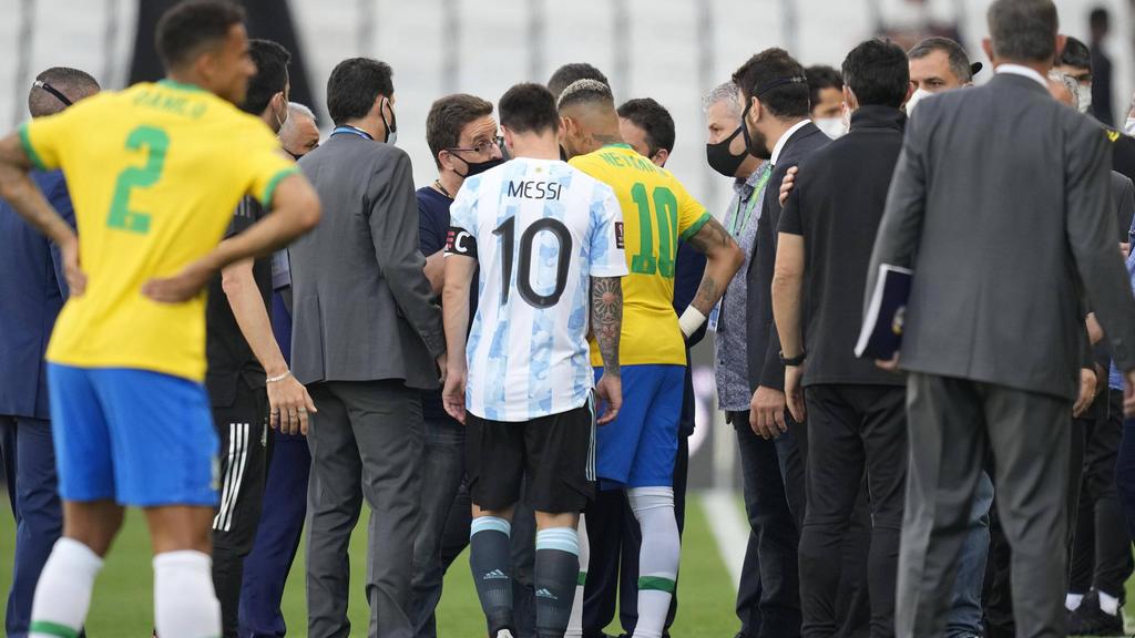 Messi und Neymar (M.) stand beim Abbruch auf dem Rasen