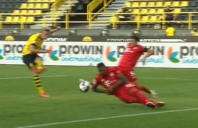 Haaland schießt, Boateng wehrt ab (Screenshot)
