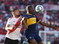 Jan Hurtado controla el cuero con la camiseta de Boca