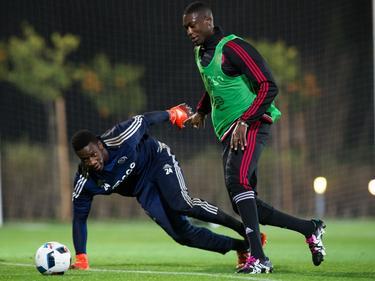 Yaya Sanogo (r.) omspeelt doelman André Onana op het trainingskamp van Ajax. (07-01-2016)