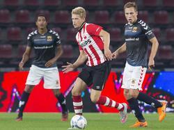 Nikolai Laursen (m.) maakt zijn debuut in het Nederlandse voetbal. De aanvaller van Jong PSV neemt hier tegen Go Ahead Eagles afstand van verdediger Xandro Schenk. (10-08-2015)