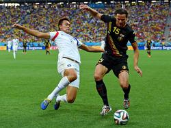 Südkoreas Shin-Wook Kim (l.) im Zweikampf mit Belgiens Daniel van Buyten