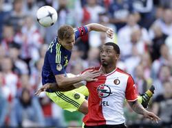 Niklas Moisander (l.) springt tijdens Feyenoord - Ajax tegen 'muur' Colin Kâzim-Richards (r.) op. (21-09-2014)