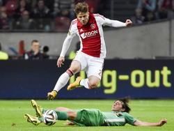 Lasse Schöne (boven) springt over Joris van Overeem (onder) heen in de wedstrijd Ajax - FC Dordrecht. (01-11-2014)