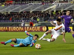 Neto sale a tapar un disparo de un futbolista de la Roma. (Foto: Getty)