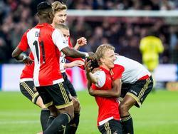 Met een mooi doelpunt zorgt Dirk Kuyt voor de 1-0 van Feyenoord tegen AZ. De aanvoerder viert zijn goal met zijn teamgenoten. (25-10-2015)