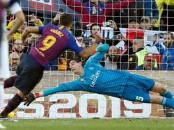 Suárez anota desde el punto de penalti pese a la estirada de Courtois. (Foto: Imago)
