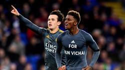 """Leicesters Demarai Gray (r.) trägt bei seinem Torjubel ein T-Shirt mit der Aufschrift """"For Khun Vichai"""""""