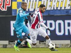 Anouar Kali (r.) probeert tijdens de wedstrijd AZ - Willem II Dabney dos Santos (l.) van zich af te schudden. (19-02-2017)