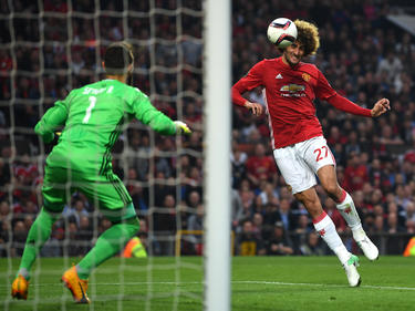Fellaini cabecea un balón en un partido del United. (Foto: Getty)